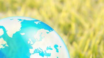 Phantasiereise oder Fantasiereise -Globus als Symbol für Reise - Wiese als Symbol für Freiheit und draussen